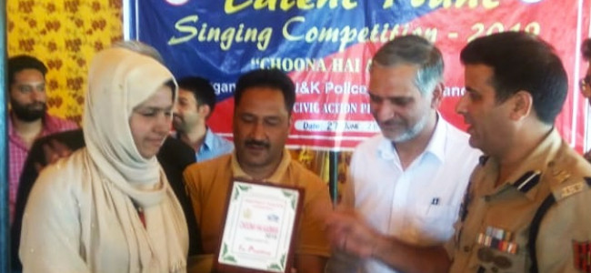 Sameena Akhtar wins finale of 'Choona Ha Asmaan' talent hunt show