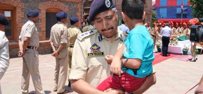 SSP Srinagar, Dr Haseeb Mughal fights his tears...