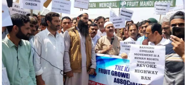 Highway restrictions: Sopore Fruit Mandi Union stage protest