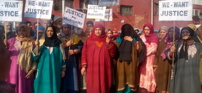 Tral family holds protest to demand punishment for 'killers' of their daughter